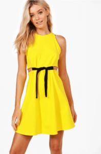 Kobieta w modnej kolorowej sukience