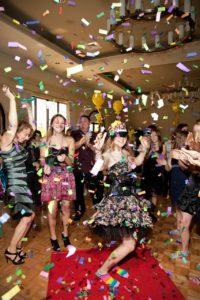 kolorowe konfetti wystrzelone z tub na weselu