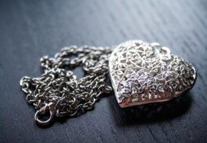 jak dbać o srebrną biżuterię